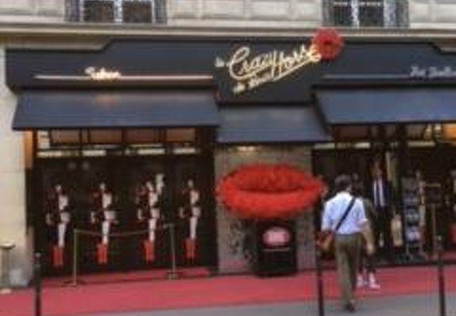パリのナイトキャバレー