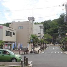 湯本駅前広場にあります