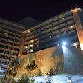 大きなプールのあるリゾートホテル