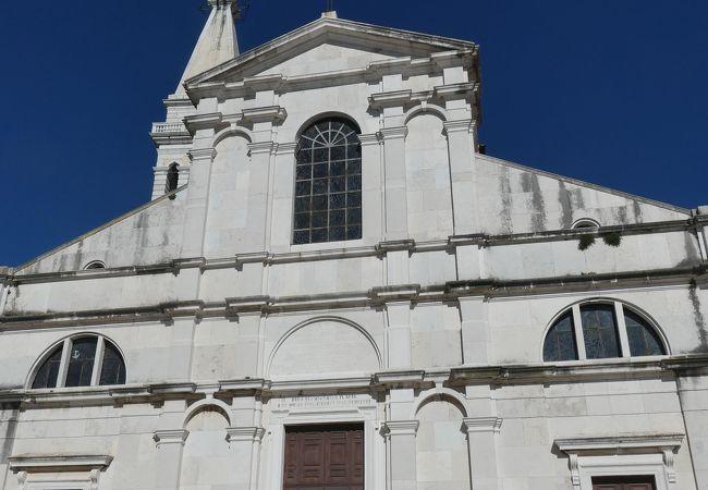 半島の丘上に立つ聖エウフェミヤ教会