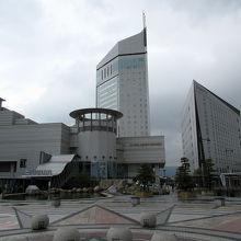 高松駅を出ると広場の向こう正面にホテルがありました