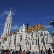 カラフルな屋根が独特な美しい教会