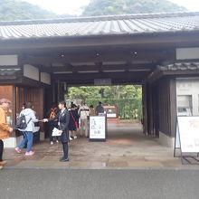 仙巌園入り口の立派な門構え。