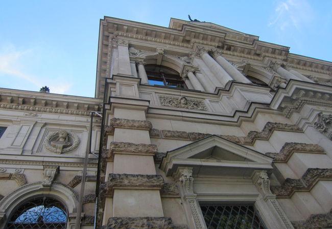 絵画館と彫刻
