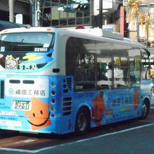 小さなバスが住宅街をゆっくりと走りました。