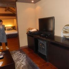 寝室の続きに広いソファーやテ-ブルが。ゆっくり寛げます。