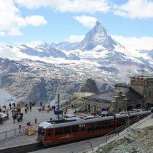 綺麗に見えたマッタ-ホルンと登山列車。