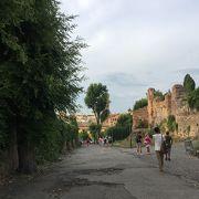 コロッセオ、フォロ・ロマーノの隣にそびえる丘
