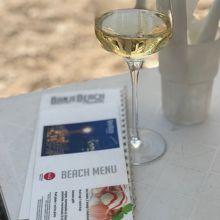 テーブルとメニューと白ワイン