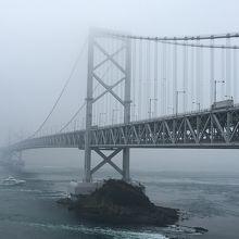 もやがかかって橋の先がまったく見えません