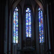 青のステンドグラスが涼し気な山の上の教会
