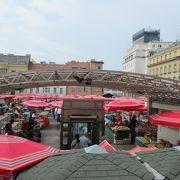 赤いパラソルは屋上部分。下の階にも市場あり。