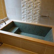 浴槽は石造りでした。