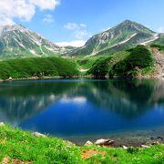 立山連峰を背景にした神秘的な青い池