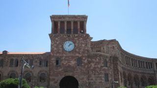時計が印象に残る建物でした