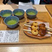 仙巌園の名物ぢゃんぼ餅。2本の串がささった一口大のお餅で、柔らかく美味しい!