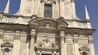 ルジャ広場の南 大きな階段を上ったところにある教会 フレスコ画が美しい