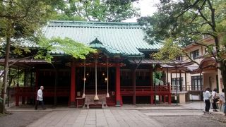 本殿の建物は、鮮やかな赤い色がたいへんきれい