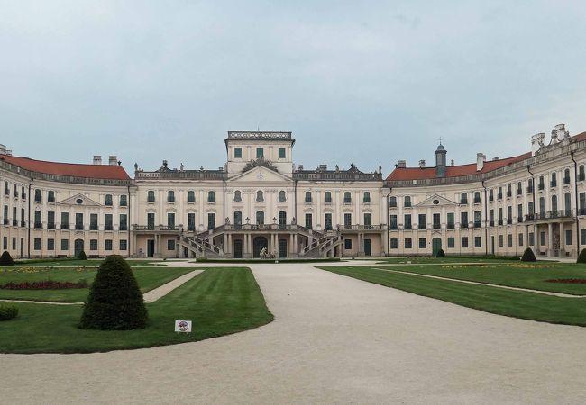ハンガリーの田舎にある見事なエステルハージ宮殿