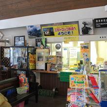 駅舎では鉄道グッズが販売されています