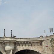 名前は「新橋」だが、セーヌ川に架かる橋の中では一番古い