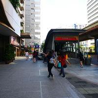 ホテルの前あたりにMRT出入口あり。バス停もすぐそばです