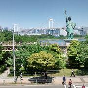 アクアシティお台場から自由の女神像をレインボーブリッジとともに写真に収める