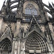 さすがの大聖堂。その規模と内部のステンドグラスの美しさは群を抜いています。