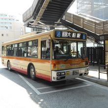 金沢八景駅に停車中の大船駅行神奈中バス。