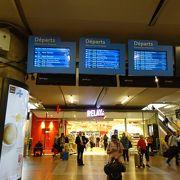大きい駅で人がいっぱいです