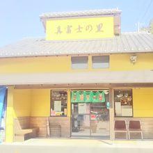 地元の物産と食堂。