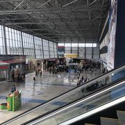 コンパクトで便利な空港だが、出入国審査は時間がかかる