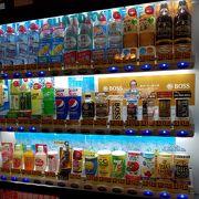 レトロ感満載の建築 飲料の自販機は良心的価格