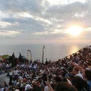 ケチャダンスは18時~19時。夕日と海と寺院と。