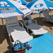 パラソルやビーチベッドは@8,000Wでレンタル可能