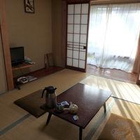 宿泊した和室。窓の外は山側です。海側の和室もありました。