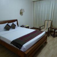 ベッド。これはエアコンが壊れていた部屋。次の部屋も同じ