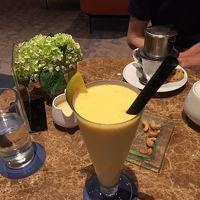 ロビーのカフェで。奥がベトナムコーヒー