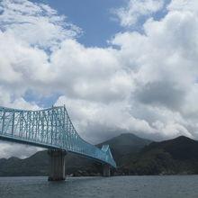 生月島にはこちらの青い橋を渡って来ます