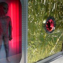 フロアの隅の「まんだらけ」の事務所には宇宙人の人形が。