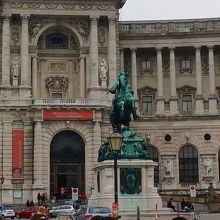 王宮前の広場の銅像