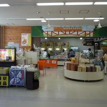 駅の内部には売店があります