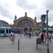 駅舎が重厚な建物です。