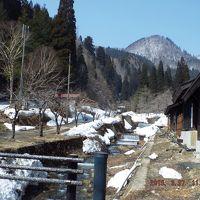 残雪がお似合いの日景温泉、春まもない沢沿いの宿風景