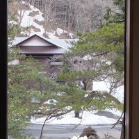 一幅の絵のような窓から風景、残雪が希望の春を告げる