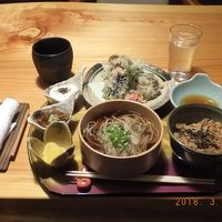 秋田杉のテーブルで昼食、曲げわっぱでのお蕎麦は一味違う