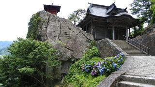 絶景、奇岩、岩と緑に佇むお寺。