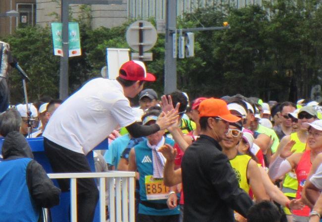 2万人あまりが参加する札幌の街中を走るマラソン