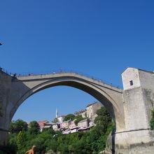 川にかかるアーチ型の橋