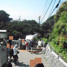 江ノ島の奥の方の急な階段の場所でした。